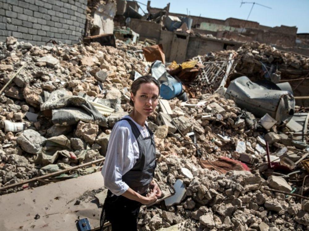Angelina Jolie, en visite à Mossoul, appelle à la reconstruction