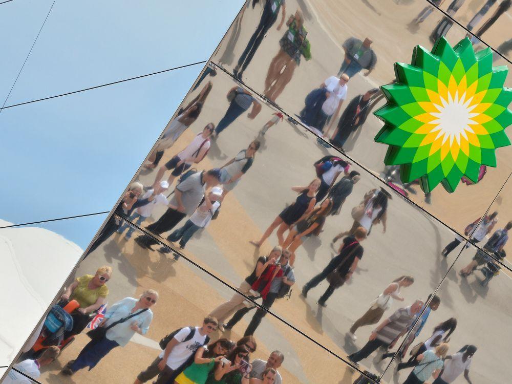 RPT-Greenpeace bloque le siège de British Petroleum à Londres